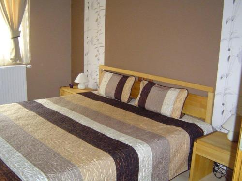 A bed or beds in a room at Janus Apartman