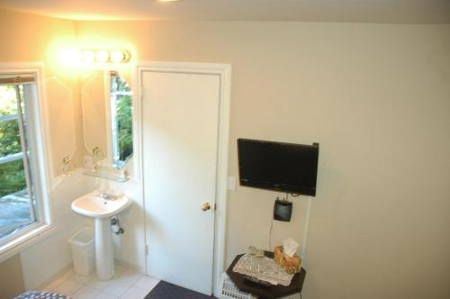 A bathroom at Cambie Lodge