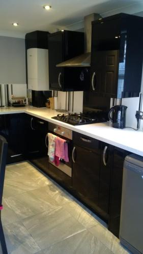 A kitchen or kitchenette at London Home