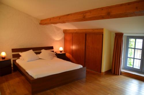 A bed or beds in a room at Les Roses d'Autan