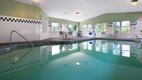 The swimming pool at or near Best Western Plus Columbia River Inn