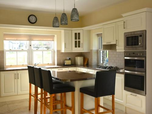 A kitchen or kitchenette at Rivers Bend Cottage