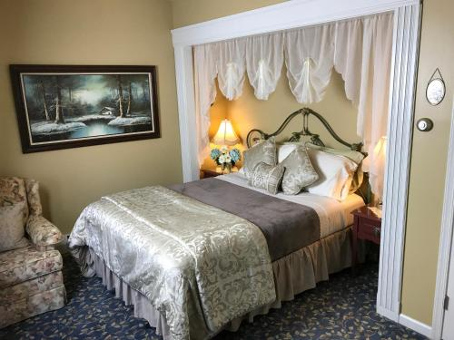 A bed or beds in a room at Fox And Hound Bed & Breakfast