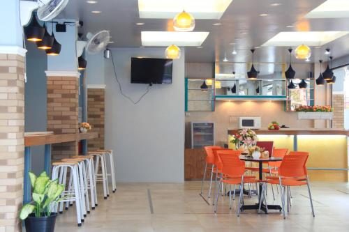 A restaurant or other place to eat at Paragon One Residence