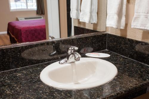 A bathroom at Travelodge by Wyndham Ontario