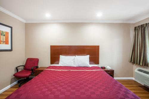 A bed or beds in a room at Travelodge by Wyndham Ontario