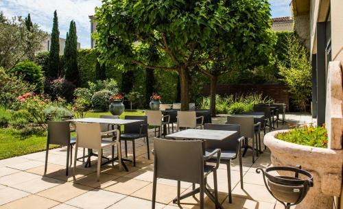 Un restaurante o sitio para comer en Avignon Grand Hotel