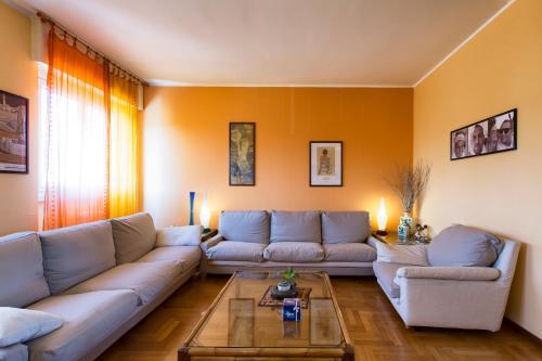 A seating area at Appartamento 160 mq