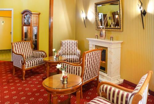 Ein Sitzbereich in der Unterkunft Hotel Landhaus Dierkow