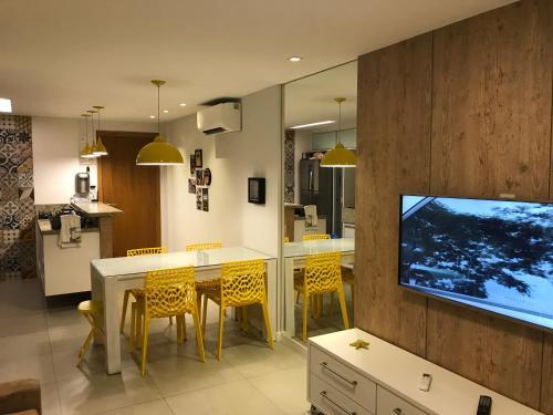 Uma TV ou centro de entretenimento em Lindo Apto 2/4 em Guarajuba