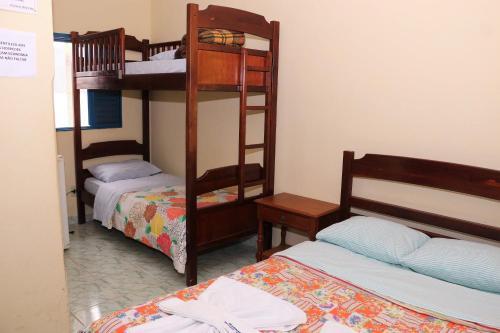Uma ou mais camas em beliche em um quarto em Estância Bela Vida