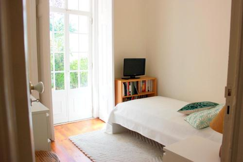 """A bed or beds in a room at """"HomeySuite"""" in Carcavelos by the Beach"""