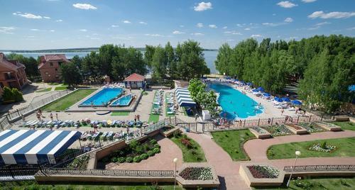 Вид на бассейн в Отель Улыбка или окрестностях