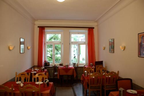 A restaurant or other place to eat at Hotel Pension Schmellergarten