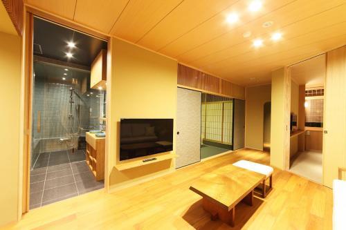 Телевизор и/или развлекательный центр в Small Luxury Ryugin