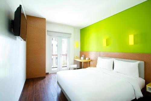A bed or beds in a room at Amaris Hotel Teuku Umar