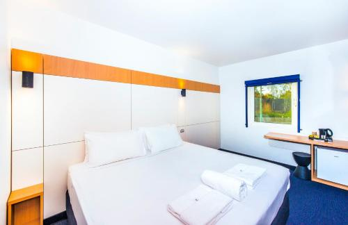 A bed or beds in a room at ibis Budget - Casula Liverpool