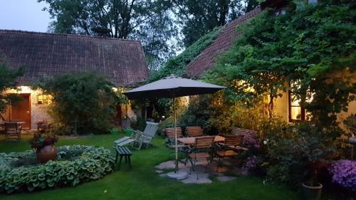 En trädgård utanför Björkas Mariehem Bed & Breakfast