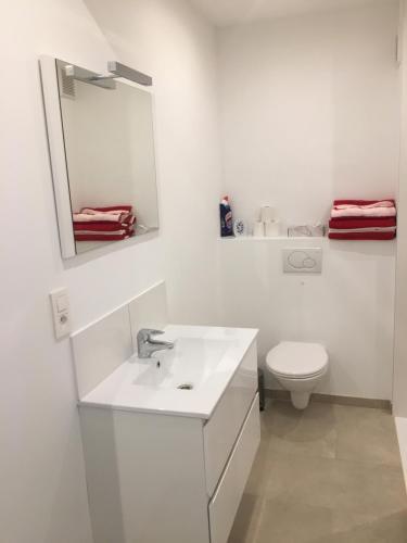 A bathroom at apartment Seaside