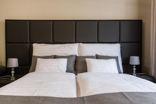 Cama o camas de una habitación en A Golden Star Modern Luxury Apartments Budapest