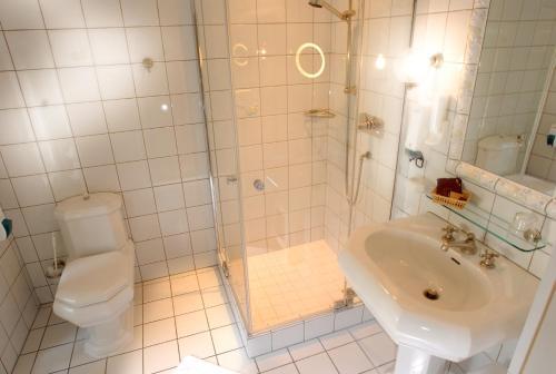 A bathroom at Hotel Gasthof Löwen