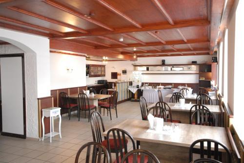 Ein Restaurant oder anderes Speiselokal in der Unterkunft Hotel Adler Treuchtlingen