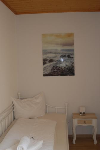 Ein Bett oder Betten in einem Zimmer der Unterkunft Hotel Adler Treuchtlingen