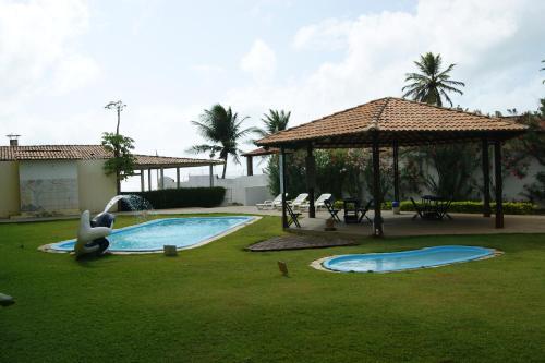 A piscina localizada em Pousada Corais de Maracajaú ou nos arredores