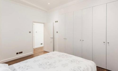 A bed or beds in a room at Fleet Street Apartment 1
