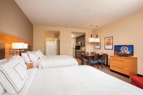 A bed or beds in a room at TownePlace Suites by Marriott Cheyenne Southwest/Downtown Area