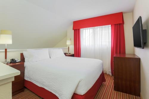 A bed or beds in a room at Residence Inn St. Louis Galleria