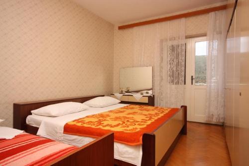 Кровать или кровати в номере Apartments with a parking space Grebastica, Sibenik - 6103