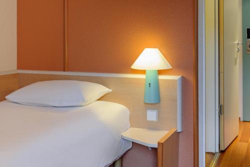 Ein Bett oder Betten in einem Zimmer der Unterkunft ibis Berlin Ostbahnhof