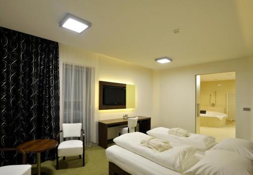Postel nebo postele na pokoji v ubytování Lesni Hotel