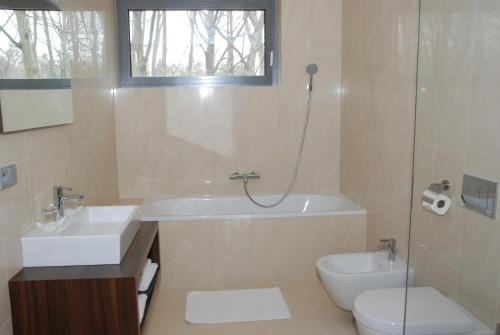 Koupelna v ubytování Lesni Hotel