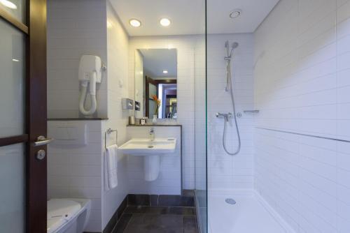 ル コライユ スイーツ ホテルにあるバスルーム