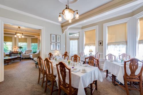 Ein Restaurant oder anderes Speiselokal in der Unterkunft O Canada House Bed & Breakfast