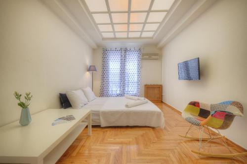 Een bed of bedden in een kamer bij Syntagma cozy apartment