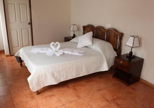 A bed or beds in a room at Casa Jungle Monteverde B&B