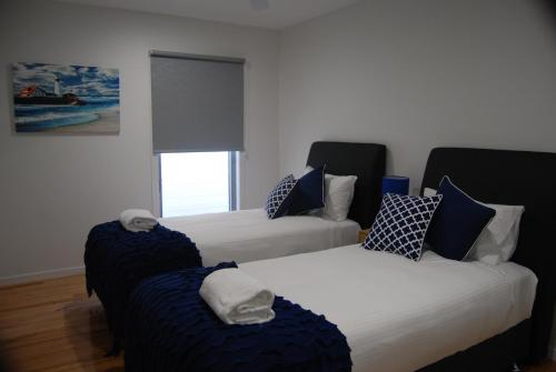 A bed or beds in a room at Pearls on Sapphire Beach
