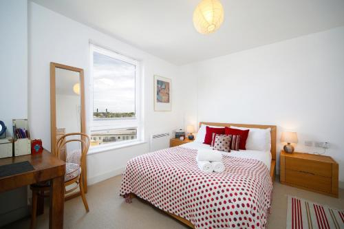 A bed or beds in a room at 1BR Apartment in Picturesque Greenwich