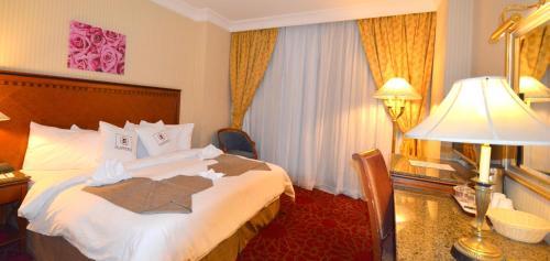 سرير أو أسرّة في غرفة في فندق جاد المدينة