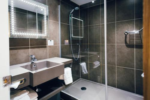 A bathroom at Novotel Nottingham Derby