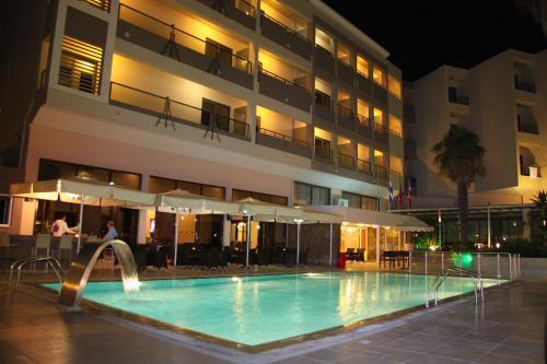 Het zwembad bij of vlak bij Saint Constantine Hotel