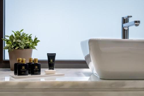 Ένα μπάνιο στο Esperos Palace Luxury & Spa Hotel