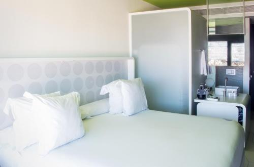 A bed or beds in a room at Barceló Raval