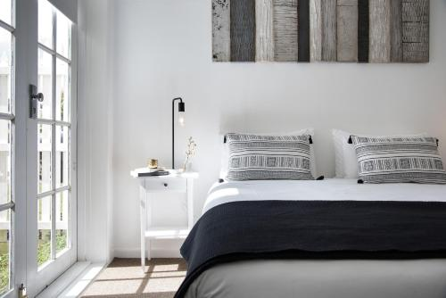 A bed or beds in a room at Lake Daylesford Apartment 2