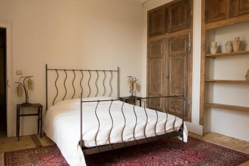 A bed or beds in a room at Joie de Vivre