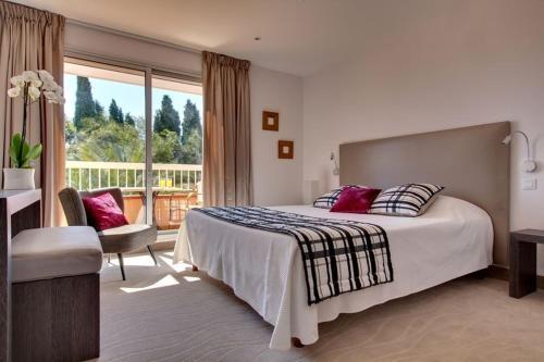 A bed or beds in a room at Hôtel Le Cottage