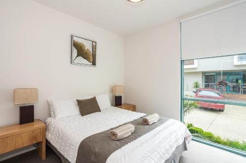 A bed or beds in a room at Anglesea River Apartments - Apartment 22
